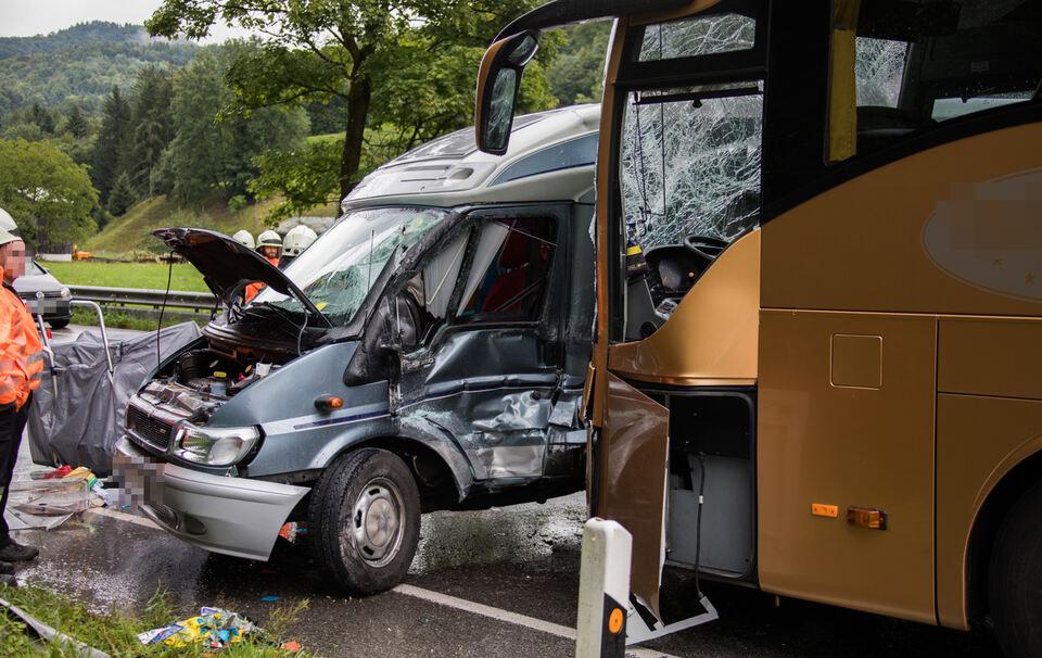 Sieben Verletzte bei Kollision zwischen Reisebus und Wohnmobil