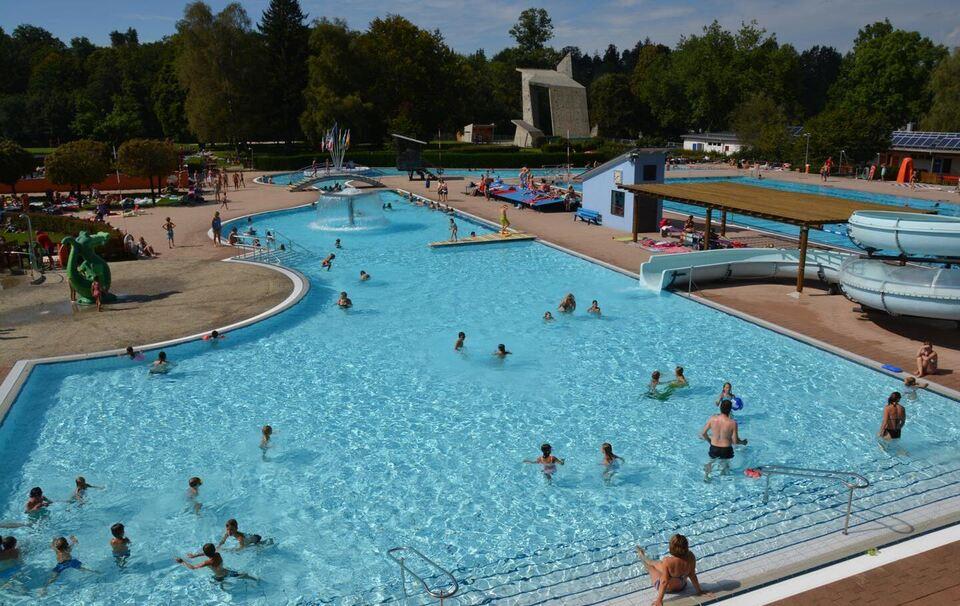 Das Traunsteiner Schwimmbad Ist Beliebt, Doch Es Kostet Die Stadt Jedes  Jahr Viel Geld. Nun Wurden Verschiedene Möglichkeiten Erörtert, Wo  Vielleicht Geld ...
