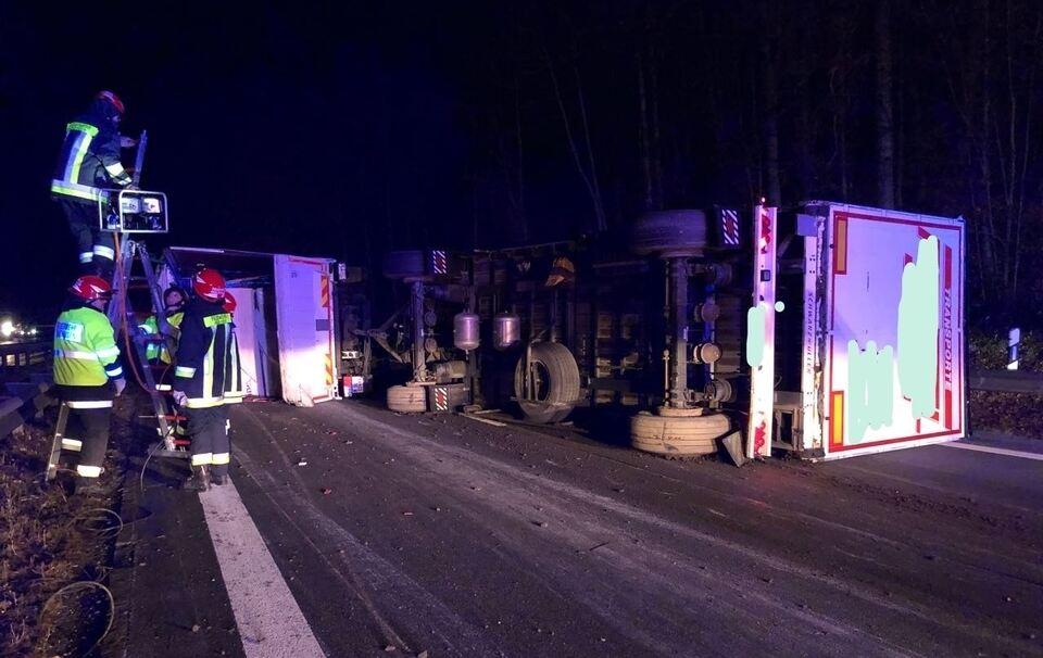 Lkw stürzt um - A8 für mehrere Stunden gesperrt
