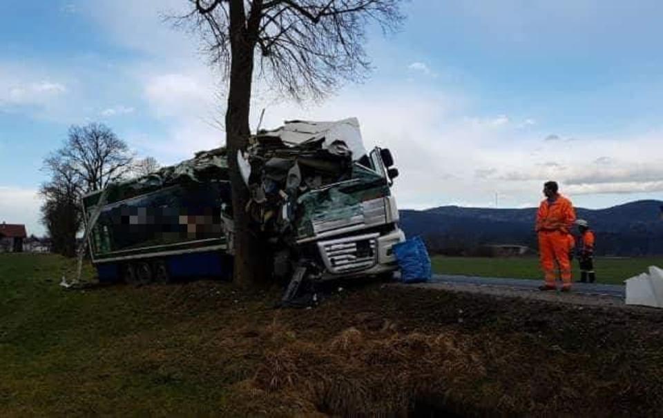 Traunstein: Frontal mit Baum kollidiert: Glück im Unglück für jungen Lkw-Fahrer