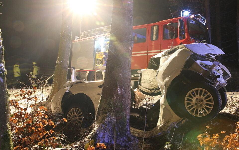 Tödlicher Unfall bei Chieming: Traunsteiner fährt gegen Baum