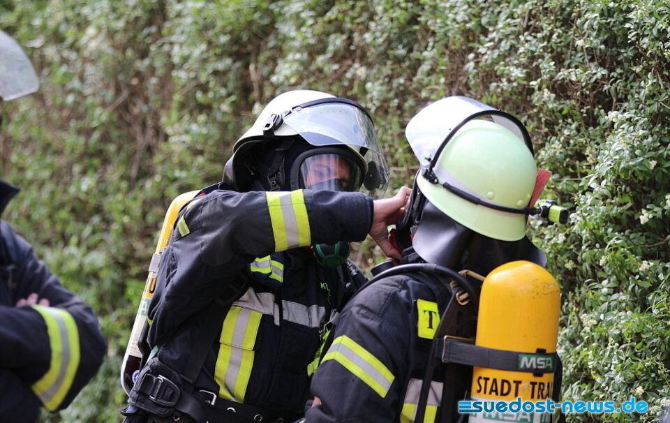 Traunreuter Feuerwehr muss nach Fahrzeugbrand draussen