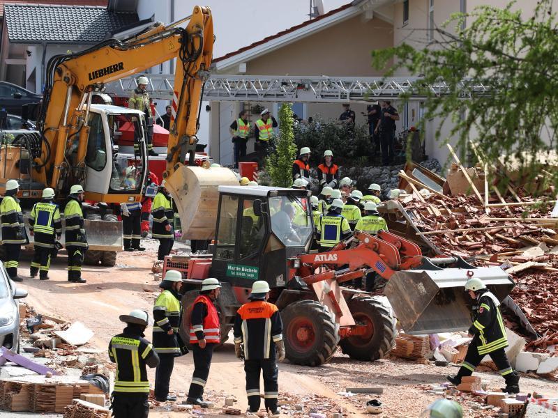 Explosion zerstört Wohnhaus: Mehrere Verschüttete