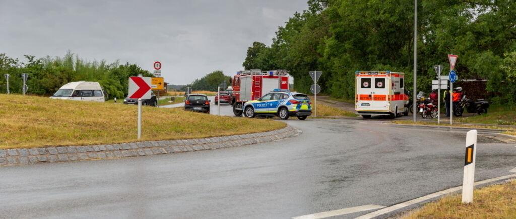 Wegen Nässe: Kradfahrerstürzt im Kreisverkehr bei Laimgrub–verletzt