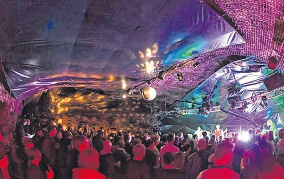 Ein Besonderes Ambiente Verspruhte Die Partygrotte In Der Festung Unter Anderem Sorgten Dort Musiker Von Cosby Mit Elektro Pop Und Augsburger
